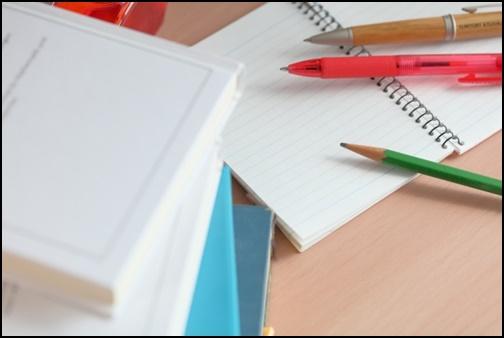鉛筆とメモ帳の画像