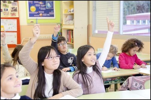 幼児教室で手をあげる幼児達の画像