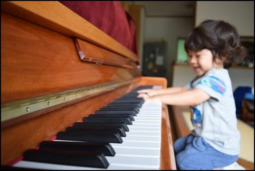 ピアノを弾く女の子の画像