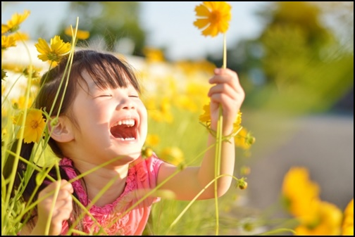 黄色いお花を持ちながらなく女の子の画像