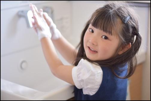 手洗いする女の子の画像