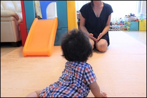 0歳児がハイハイして母親に向かう画像