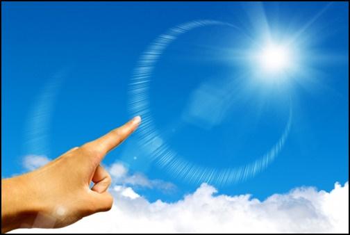空に向かって指をさしている画像