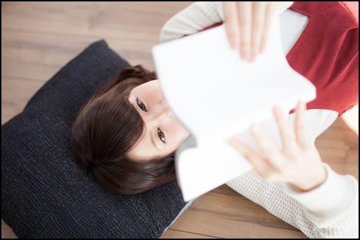 読書する女性の画像