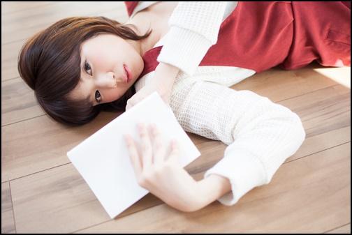 読書を休憩した女性の画像
