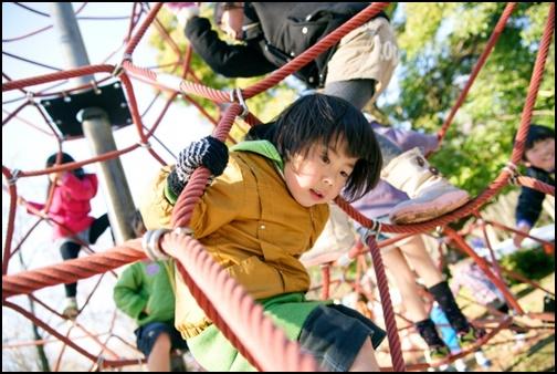 公園の遊具で遊ぶ5歳児の画像