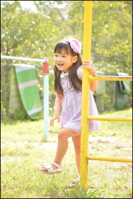 公園で遊ぶ3歳児の女の子の画像