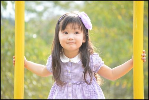3歳の女の子が房に捕まっている画像