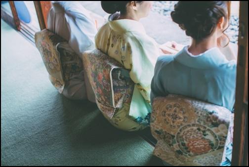 着物を着て座っている3人組の女性の画像