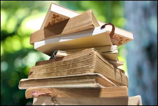 積み上げられた書籍の画像