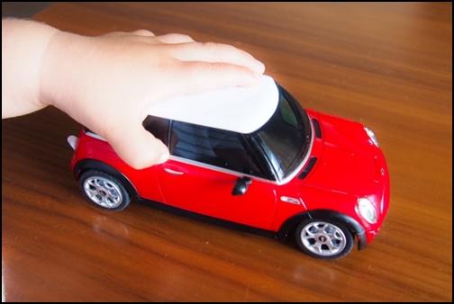 車のおもちゃで遊ぶ男の子の画像
