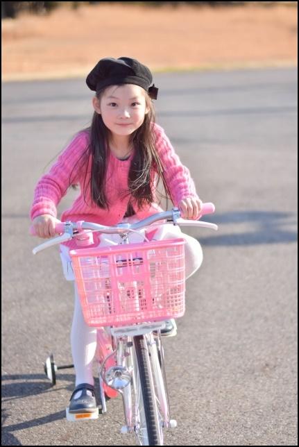 自転車を練習する女の子の画像