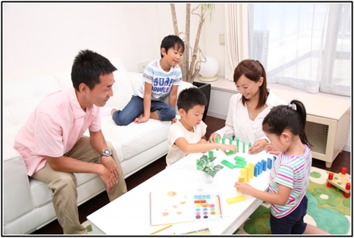 子供と遊ぶ両親の画像