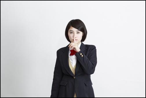 シーのポーズの女子高生の画像