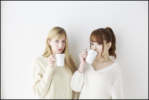 金髪女性と日本人女性がお茶を飲む画像