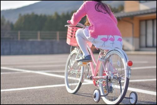 三輪車を練習する女の子の画像