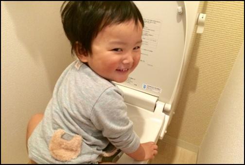 トイレトレーニングをしている男の子の画像
