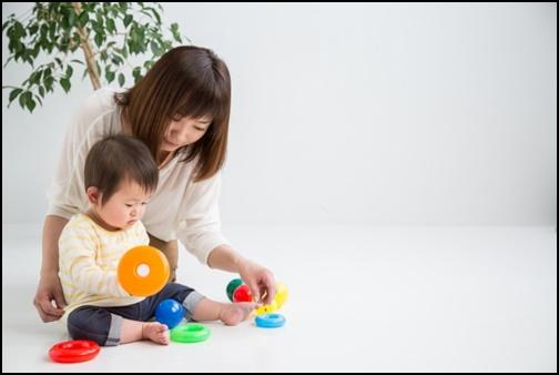 保母さんと赤ちゃんの画像