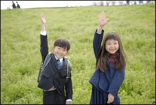 小学校1年生が手を上げる画像