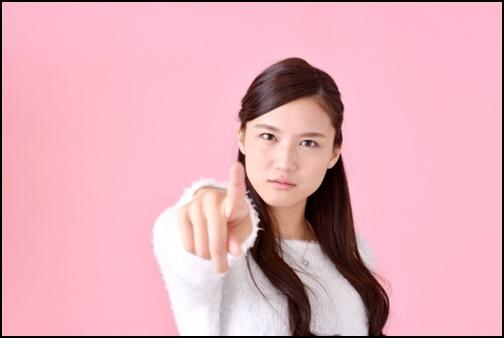 指差しする美人女性の画像