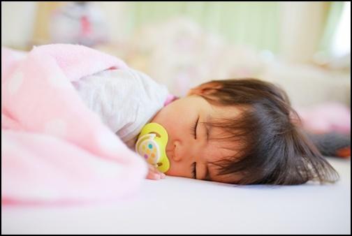 寝ている1歳児の赤ちゃんの画像
