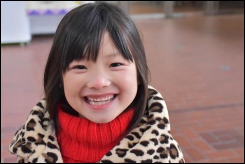 笑顔の6歳の女の子の画像