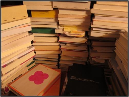 積み上げられた本の画像