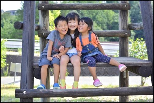 仲良しの子供3人組の画像