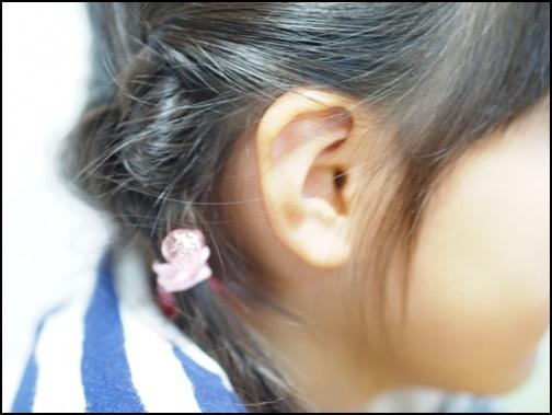 女の子の耳の画像