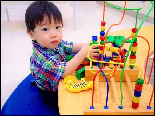 おもちゃで遊ぶ男の子の画像