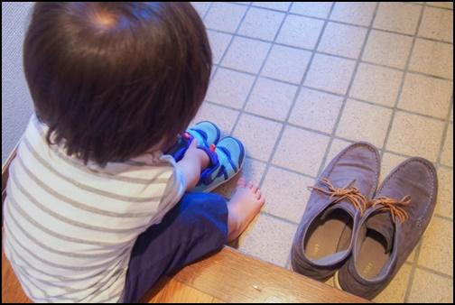 靴を片付ける子供の画像