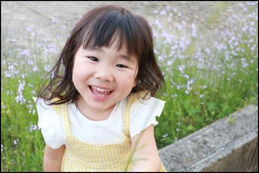 笑顔の2歳児の女の子の画像