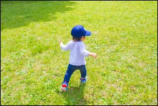 走る子供の画像