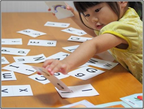 英語カードを楽しむ子供の画像