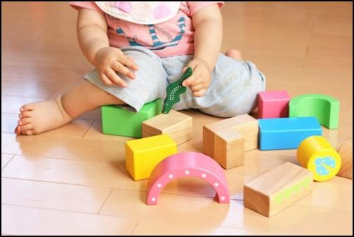積み木で遊ぶ幼児の画像