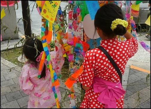七夕を楽しむ女の子の画像