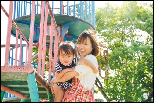 母親と子供が公園で遊ぶ画像