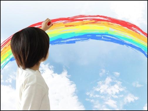 空に虹を書く幼児の画像