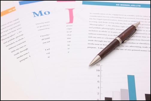 紙と資料とボールペンの画像