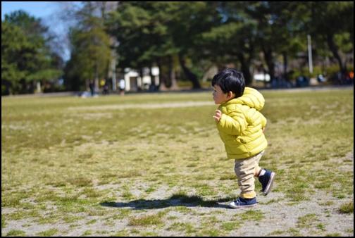 2歳児が走っている画像