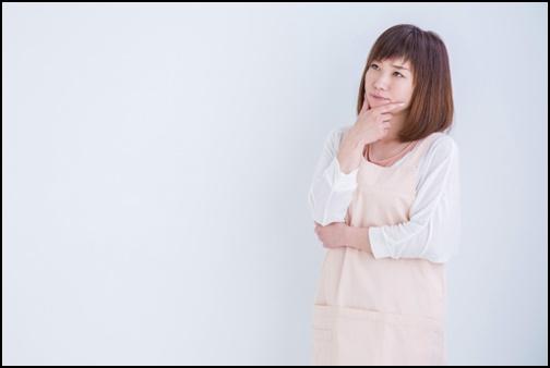 考える女性の画像