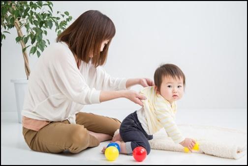 幼児を教育する母親の画像