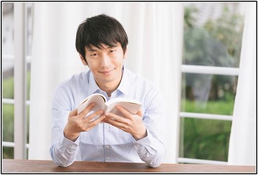 読書する男性の画像