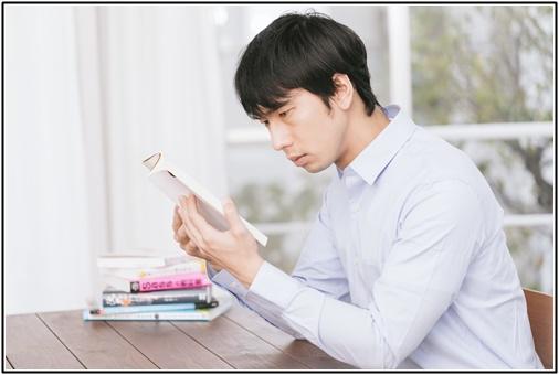 読書する男性の画像2