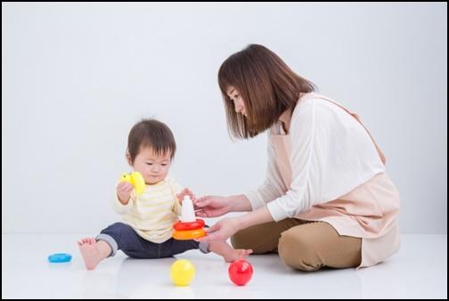 エプロンを着た女性と赤ちゃんの画像