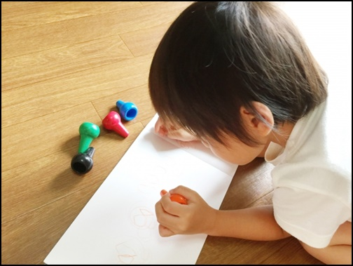 お絵描きする2歳児の画像