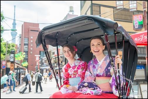 人力車に乗っている着物を着ている女性2名の画像