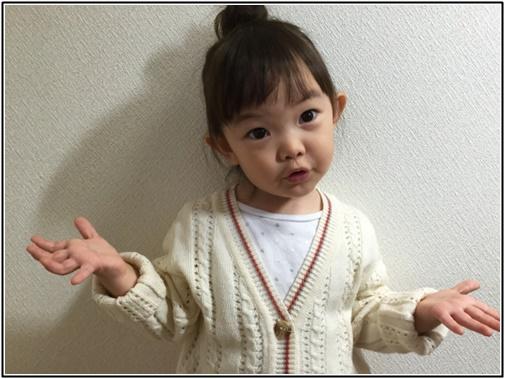 疑問顔の2歳児の女の子の画像