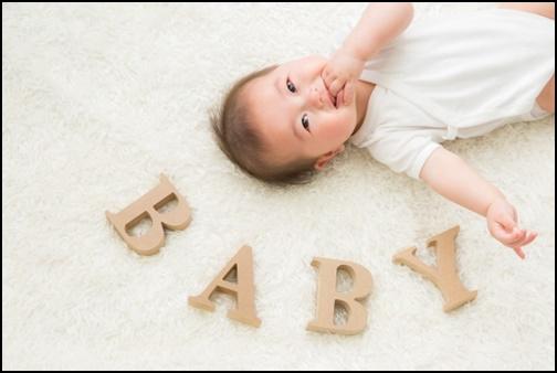 赤ちゃんとBABYの文字の画像