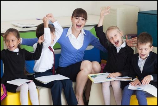 外国人の女性の先生と外国人小学生の画像